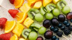 Gemakkelijke Rainbow Fruit Spiesjes {Fruit Kabobs}
